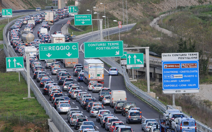 Estate, traffico intenso su strade e autostrade